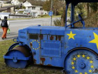 An old steam roller  painted with the EU stars stands in Kloten, Switzerland, Monday, Feb. 10, 2014.  The choice by Swiss voters to  reimpose curbs on immigration is sending shock waves throughout the European Union, with EU leaders on Monday warning the Swiss had violated the Тsacred principleУ of EuropeansХ freedom of movement and politicians anxiously trying to gauge the voteХs impact on burgeoning anti-foreigner movements in other countries. (AP Photo/Keystone,Steffen Schmidt) / TT / kod 436
